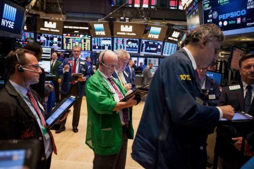 华尔街触发债券违约的阴暗实践引发了监管机构的审查