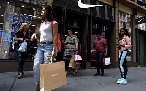 耐克错过了收入 但随着客户购买更多运动鞋和运动装备而损失了收入