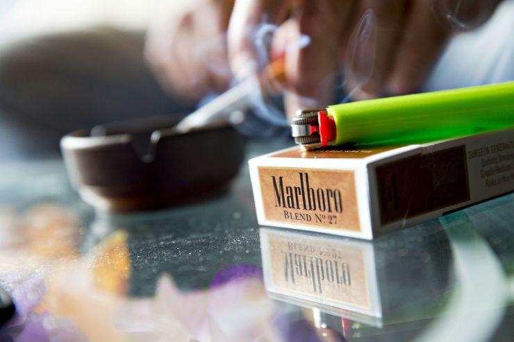 由于卷烟销售的加速下滑和对Juul投资的担忧 奥驰亚股价下滑