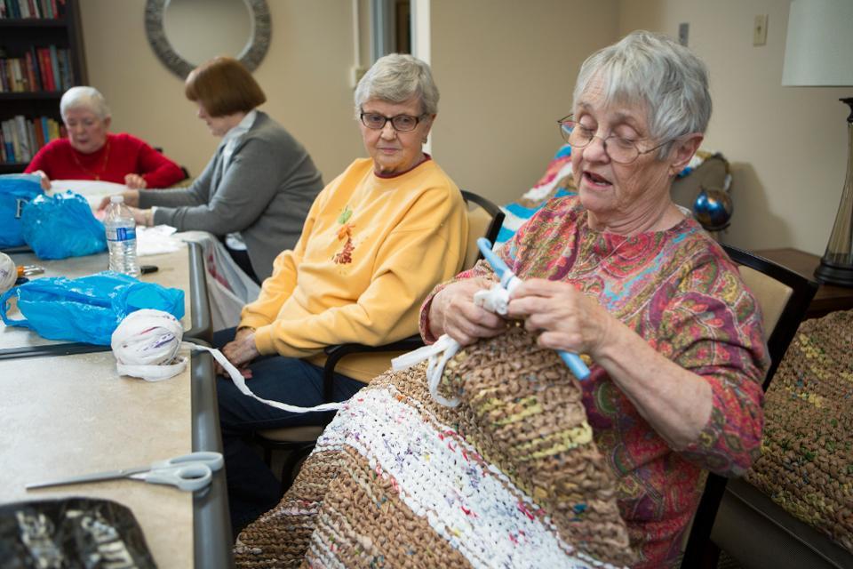 如何提供社会支持和护理协调可以降低居住在家中的老年人的医疗费用