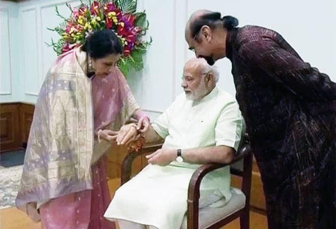PM Modi与他的巴基斯坦裔妹妹一起庆祝rakhi音乐节