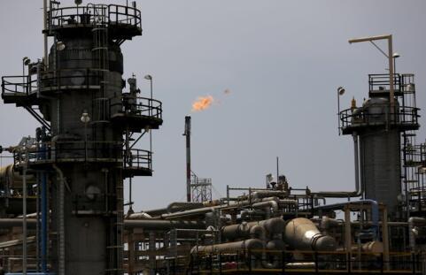 油价下跌的部分原因是欧佩克和俄罗斯石油产量增加