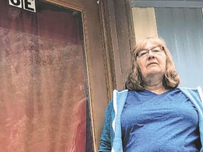 乌雷女人看着移动房屋投资随着母亲的去世而消失
