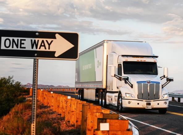 一直在悄悄地移动UPS负载的自动驾驶卡车初创公司刚刚获得了1.2亿美元的新资金