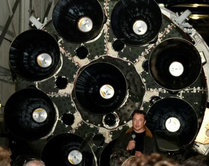 美国国家航空航天局官员在参观之后参观了埃隆·马斯克的S