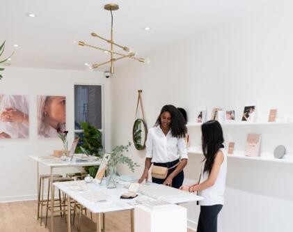 顶级珠宝品牌Mejuri推出混合陈列室模型