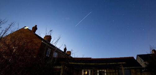 如何用裸眼看到圣诞老人空间站在天空中的条纹