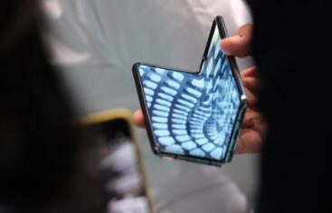 为什么三星的下一代可折叠智能手机可能使用超薄玻璃
