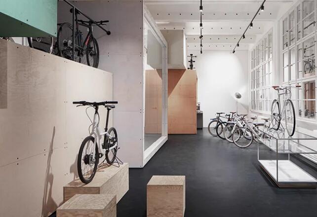 naice在老柏林工厂内堆放木制品供城市交通创业公司的办公室使用
