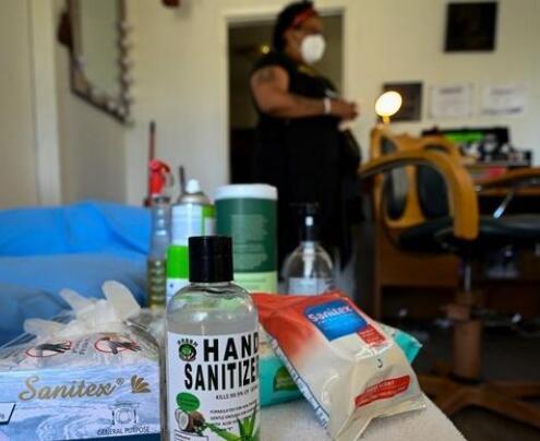 在某些州由于当前局势留在家中定单无家可归的理发店和发廊蓬勃发展