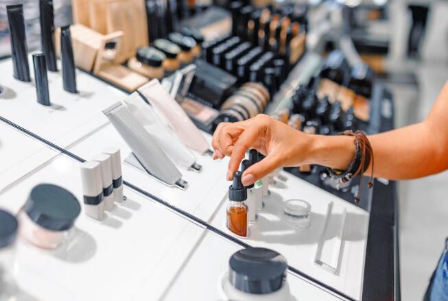 这家化妆品公司的股票与Kim Kardashian West达成了一项新交易