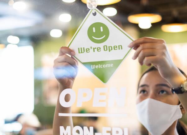 该公司表示尽管当前局势的销售影响持续存在但仍在开设新餐厅