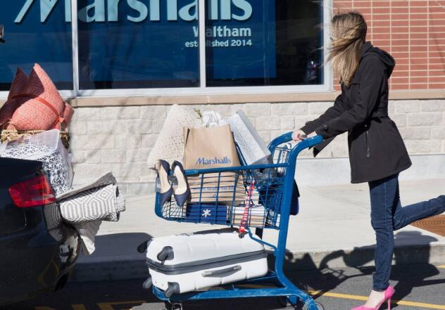 销量仍在下降 但是许多购物者渴望在今年春季和夏季重新开业时回到这家价格低廉的巨头的商店
