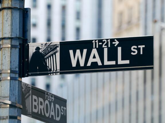 道琼斯指数下跌200点因指数变化生效 沃尔玛股票评级下调
