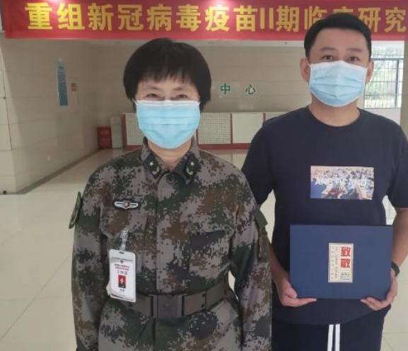 中国工程院院士陈薇 为新冠疫苗志愿者挑选礼物