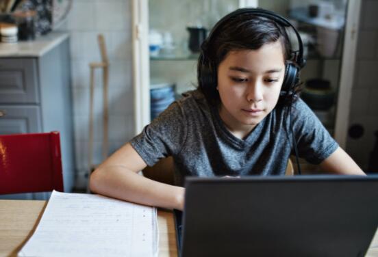 这些斯坦福大学的学生竞相为美国最需要的孩子们提供笔记本电脑