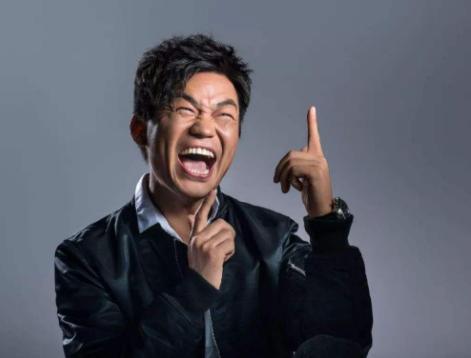 王宝强接受采访时表示自己之所以成功就是因为饭局获利