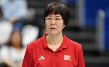 女排姑娘流泪鞠躬致谢郎平:这次比赛是巴黎的开始